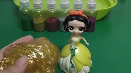 白雪把白雪的水晶泥加了黄色的闪粉,做了一个漂亮的金色水晶泥,你想要吗?