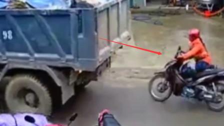 大货车倒车不看后方,女司机看情况不对,赶紧扔车逃跑,躲过一劫!