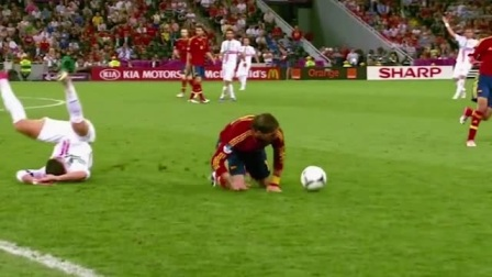 红队十五号截球势在必得,白队一时失误就被截走