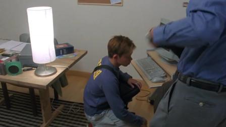 男子自称电脑坏了,小伙帮忙修电脑查看之后,小伙无语了