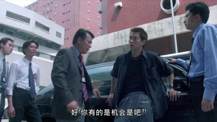 小伙帮人停车怎料不小心撞到警车,这下完了!