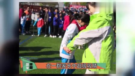 李小璐参加亲子运动会,做公益互动有爱,围一圈摄影师被质疑摆拍