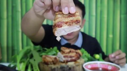 吃播:泰国吃货小哥试吃炭烤五花腩,烤得外焦里嫩,吃得贼过瘾!