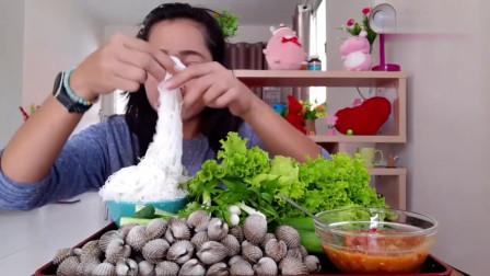 吃播:泰国吃货小妹试吃白灼血蛤,配上米粉和蔬菜叶,吃得贼过瘾!