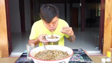 吃播:泰国吃货大叔试吃泰式牛杂粉,汤头用的是牛瘪汤,贼得劲!