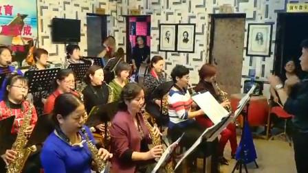 女子萨克斯乐队排练《欢迎进行曲》