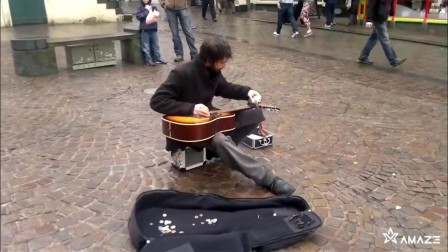 街头流浪汉的神操作,拿起酒壶弹吉他,路人惊呆了!