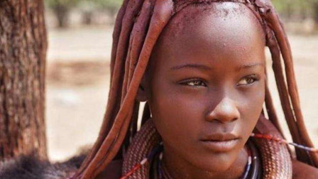 非洲一原始部落,男人一般都要娶多个妻子,有几间房就有几个老婆