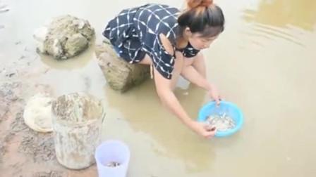 农村美丽的女孩捉鱼,钓到的鱼虽小,看看有多少?