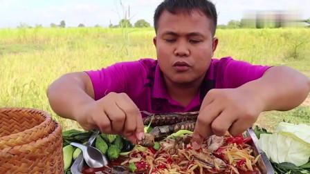 吃播:泰国吃货大叔试吃炭烤鲶鱼,配上蔬菜沙拉,吃得那叫一个香!