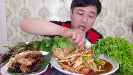 吃播:泰国吃货大叔试吃油炸鱿鱼干,配上泰式蔬菜沙拉,吃得贼香!