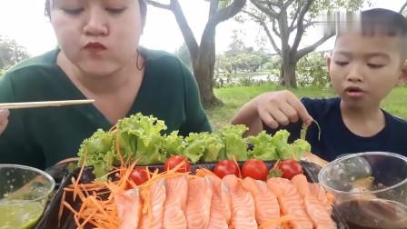吃播:泰国吃货母子试吃三文鱼刺身,蘸上芥末酱油,吃得特别香!