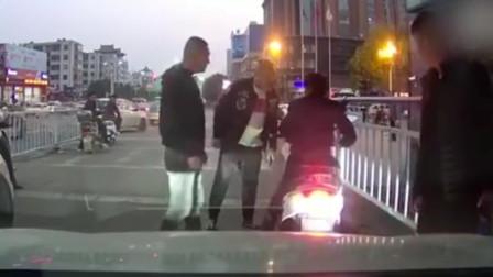 电瓶车路口占道打电话,司机鸣笛示意反被骂,老司机霸气下车暴揍一顿!