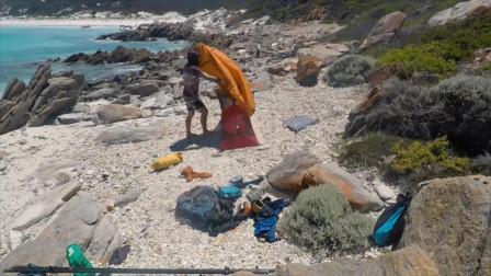钓鱼人的放松方式:海边搭个小帐篷,惬意的钓上几天几夜