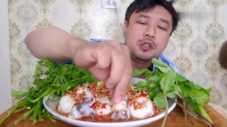 吃播:泰国农村大叔试吃辣汁拌墨鱼,看着这一层满满辣酱,馋哭了!