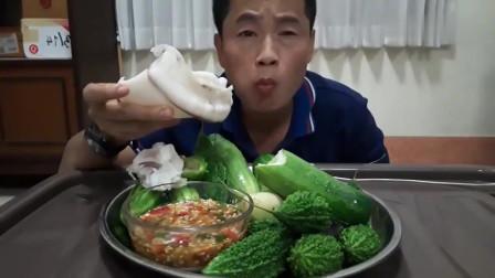 吃播:泰国吃货大叔试吃白灼大墨鱼,配上新鲜的苦瓜,吃得贼过瘾!