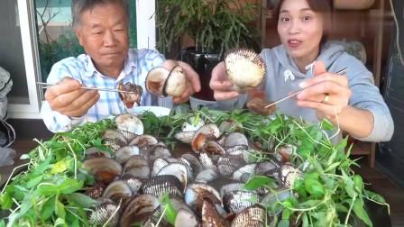 吃播:越南农村一家人,今天儿媳和公公一块吃毛蛤,看得我都馋了!