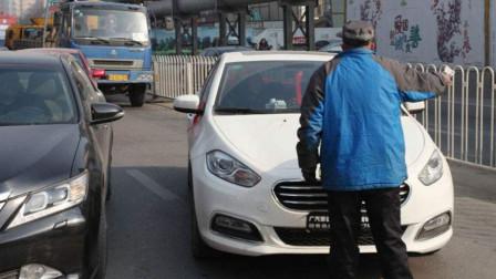 路霸扒车拦车要钱,以为女司机好欺负,谁知女司机一脚油门,直接撞飞!