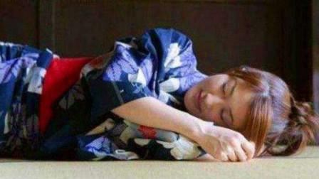 为什么日本人喜欢睡地上,难道是因为方便活动吗?可真是脑洞大开