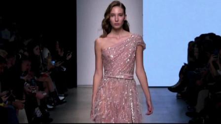 超模薄纱长裙款款而来,身段轻盈,充满仙女气质