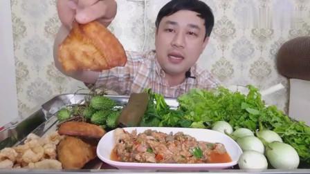 吃播:泰国吃货大叔试吃虾泥沙拉,配上炸鱼干和炸猪皮,吃得贼过瘾