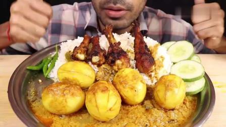 吃播:印度吃货小哥试吃香烤鸡腿手抓饭,配上咖喱鸡蛋,吃得贼香!