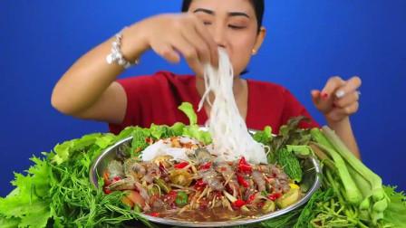 吃播:泰国美女吃货试吃辣腌皮皮虾,配上手抓米粉,吃起来贼过瘾!