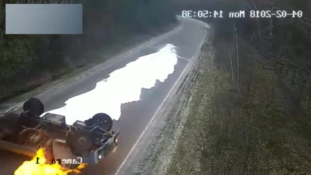 罐车作死弯道超车,侧翻后摩擦起火!可怕的画面发生了