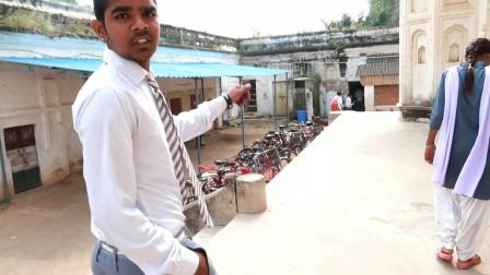 印度学生邀请参观课室,像不像80年代的中国,很有年代感