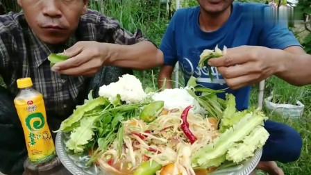 吃播:泰国吃货兄弟试吃泰式凉拌木瓜丝,直接用手抓着吃,贼得劲!