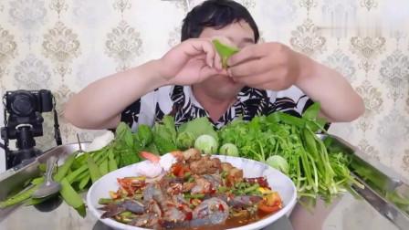 吃播:泰国吃货大叔试吃辣拌鲜虾,配上杂菜卤肉,连青菜都生嚼着吃