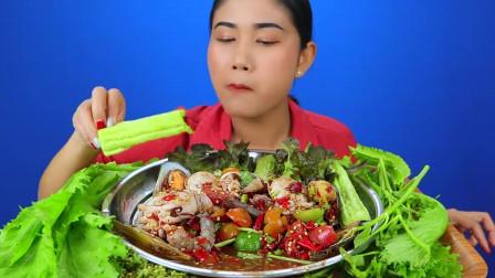 吃播:泰国美女吃货试吃生拌鲜虾墨鱼仔,直接用手抓着吃,贼得劲!