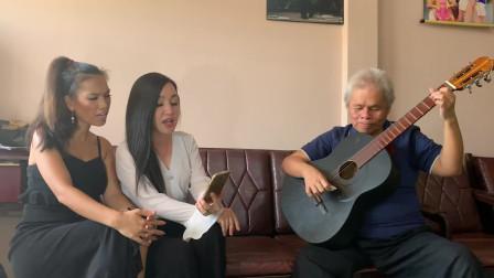 盲人高手吉他演奏越南语翻唱,你能听出来这是哪首歌曲吗?