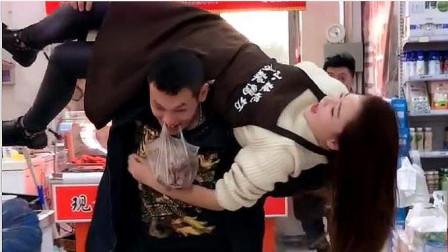 小伙买鸭脖不料看上老板娘,没想到小伙的做法,令人捧腹大笑