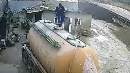 工人正在检查车顶 突然消失不见 去了哪里?