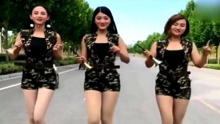 3位美女练习唢呐,老歌《路边的野花不要采》,好听!