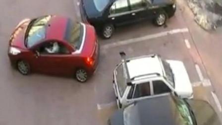女司机刚要倒车入库,还没进去被奥拓抢了车位,3秒女司机的做法大快人心