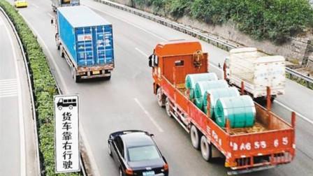 大货车路怒症犯了,高速恶意别车,谁知女司机淡定给油,直接给撞飞!