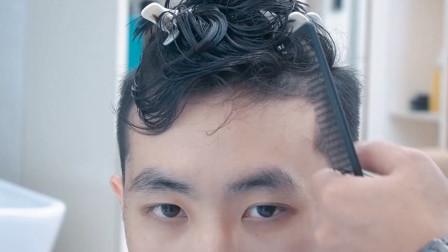 大四小伙长相清秀 这次想靠新发型出风头 这款发型有点小高调够渣