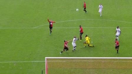 红队小伙高高跳起想把球顶进 但是对面反应真快把球挡下了