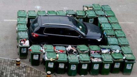 女司机小区乱停车,环卫大爷有奇招,用垃圾桶全面围堵,这下看你咋出来