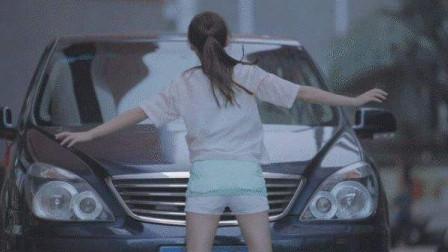 嚣张女路霸拦车要钱,不给钱就钻车底,谁知碰上暴脾气老司机,有你好看!