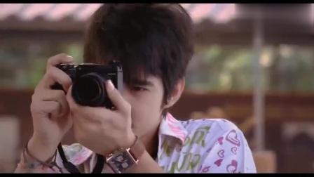 电影《初恋这件小事》,小水终于向阿亮学长告白,学得知阿亮跟小彬学姐在一起了,转身掉入泳池!