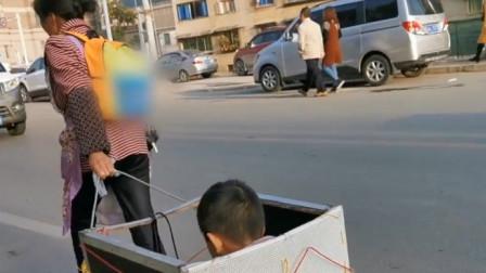 6岁孙不愿走路上学 62岁奶奶自制拉箱拖