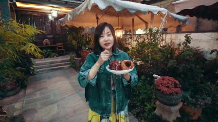 云南大理旅游,小姐姐在客栈天台烤苹果,老板吃完表情亮了