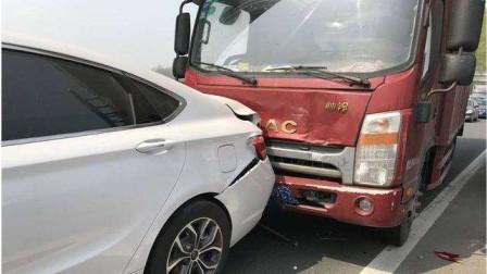 小轿车高速开斗气车,S型不断变换车道别大货车,谁知自己直接被撞翻!