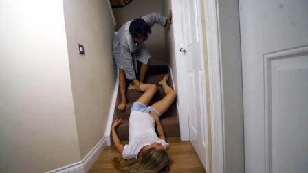 老外恶搞男友,楼梯上头朝下摆Pose假装摔下楼梯,这男人多来几打!
