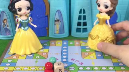 贝尔和白雪玩飞行棋,谁赢了就嫁给王子,结果你猜谁输了
