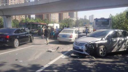 恐怖!小车超车发生剐蹭事故,路怒症司机开车就撞,连2岁孩子也不放过!