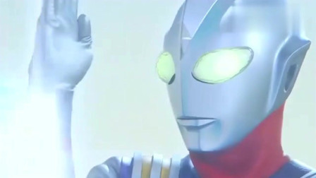 迪迦奥特曼的能量被怪兽吞噬,光线都不能放了,能量灯也开始闪了